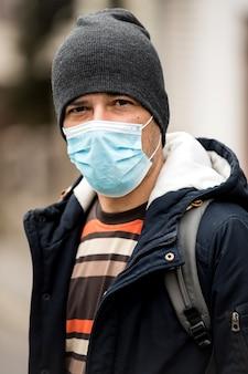 바이러스를 예방하기 위해 위생 마스크를 착용하는 성숙한 남자. 환경 개념