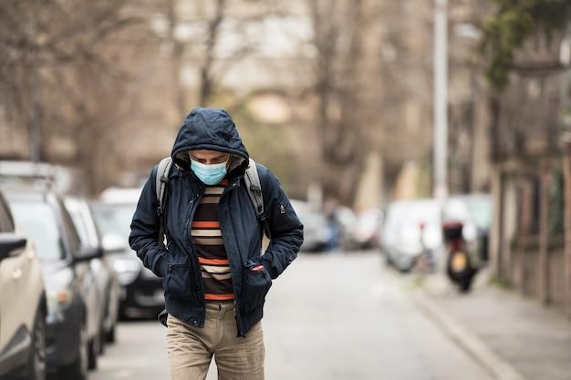 바이러스 환경 개념을 방지하기 위해 위생 마스크를 쓰고 성숙한 남자