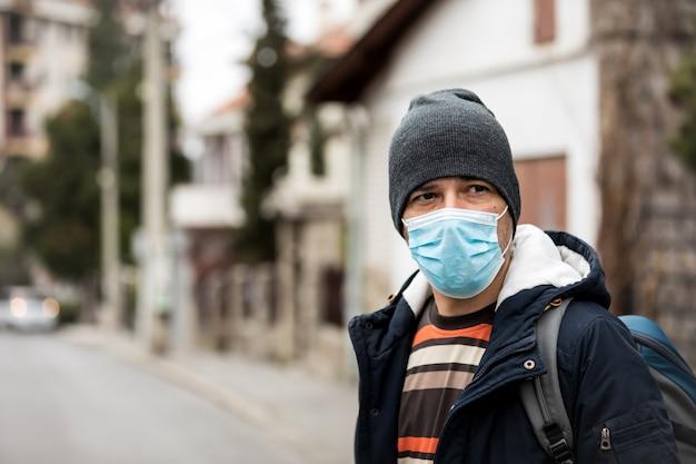 바이러스를 예방하기 위해 위생 마스크를 착용하는 성숙한 남자.