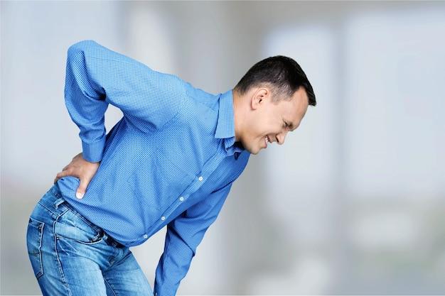 Зрелый мужчина с болью в спине, изолированные на белом фоне