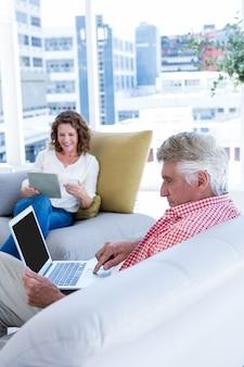 Зрелый человек с тетрадью сидя женщиной