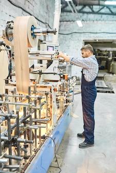 현대 공장에서 일하는 성숙한 남자