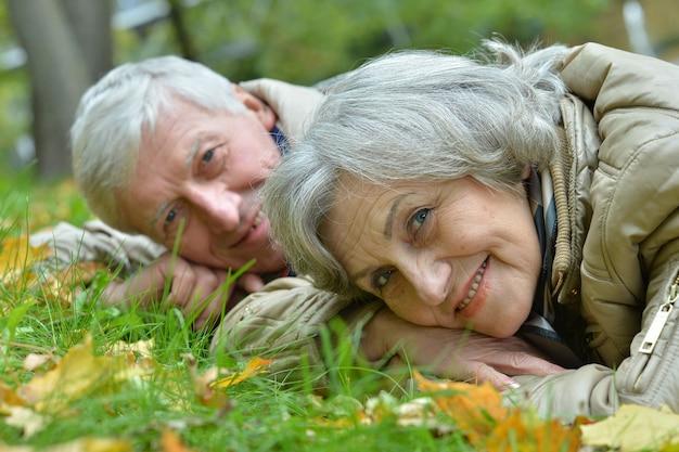 秋の新鮮な空気を楽しんでいる成熟した夫婦