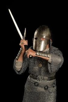 Зрелый средневековый рыцарь на темном фоне