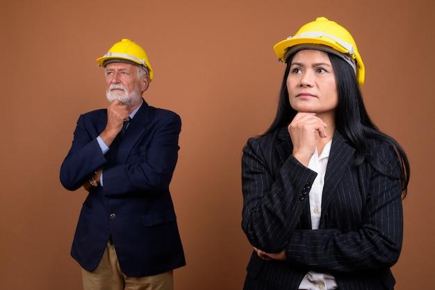 Пожилая пара многоэтнического бизнес на коричневый