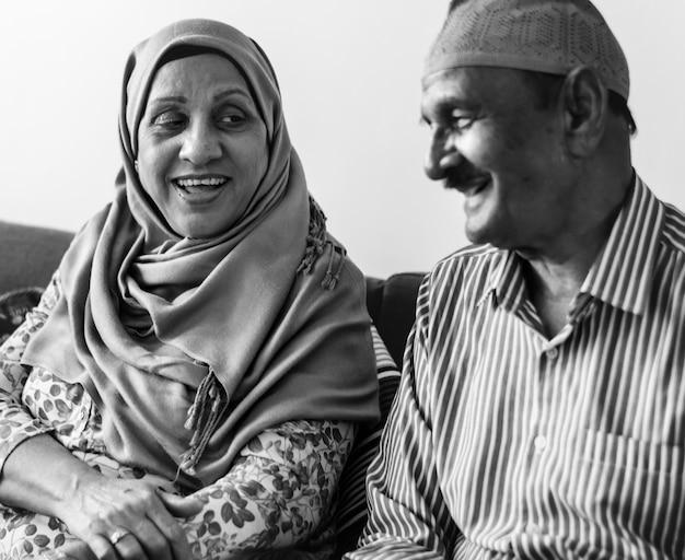 Пожилая мусульманская пара дома