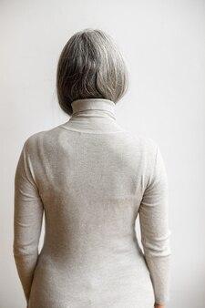成熟した淡い髪のスタイリッシュな女性のライフスタイルの肖像画