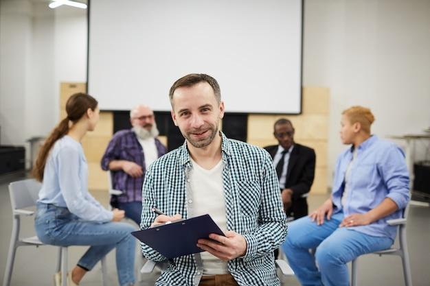 グループ療法でポーズをとる成熟した心理学者