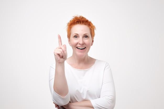 白いシャツを着た成熟した赤毛の女性