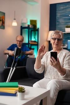 自宅で現代のビデオ通話で成熟した引退したカップル