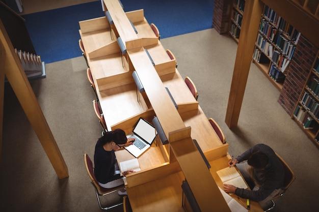 図書館で勉強している成熟した学生