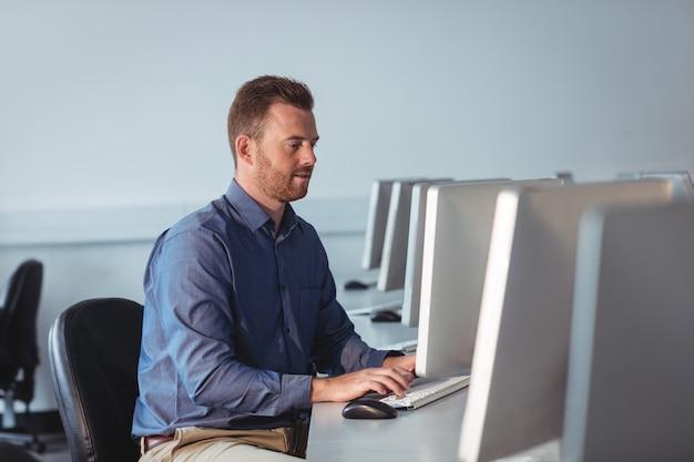 コンピューターを使用して成熟した学生