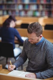 Зрелый студент пишет заметки