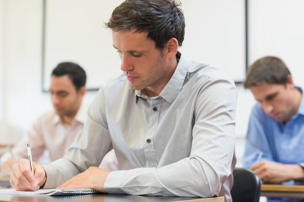 Зрелые студенты записывают в лекции