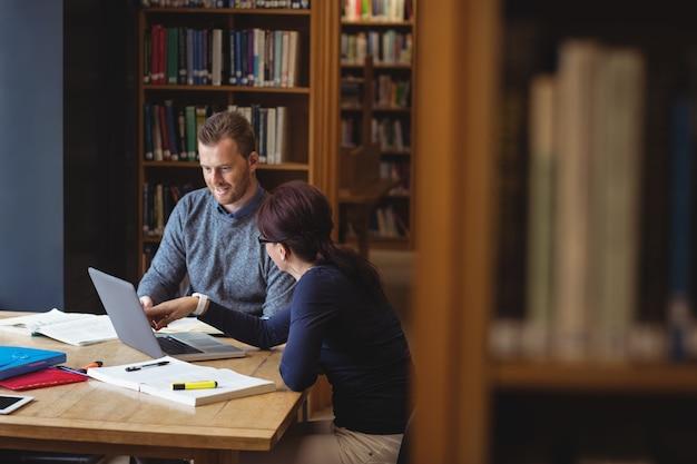 大学図書館で一緒に働く成熟した学生