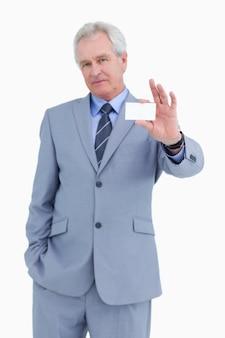 Зрелый торговец, представляющий свою визитную карточку