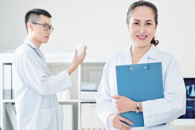 成熟したベトナム人医師