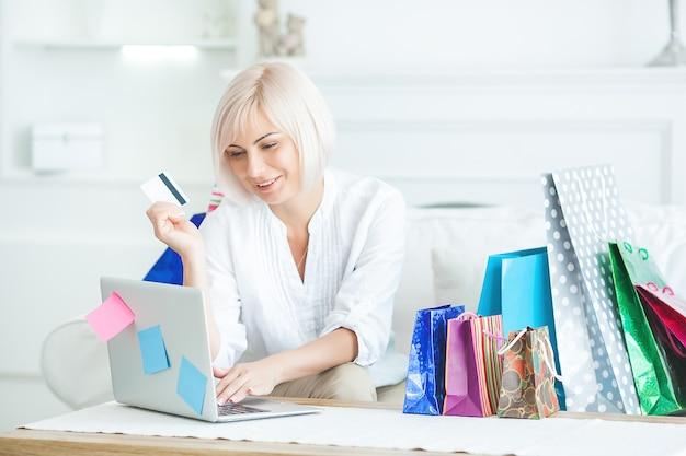Зрелая женщина делает покупки в интернете