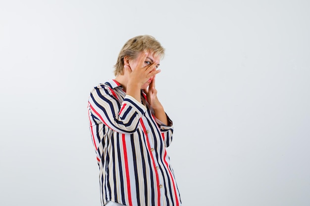 Зрелая женщина в рубашке в вертикальную полоску