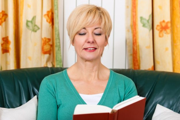 成熟した女性は本を読んでいます