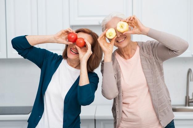 Зрелая женщина играет с овощами