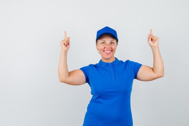 青いtシャツを着て幸せそうに見える成熟した女性。
