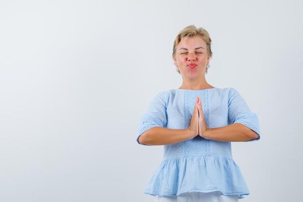スタジオでポーズをとる成熟した女性