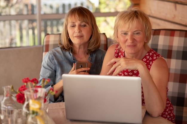 성숙한 여성은 전화를 받고 마음에 전화를 눌렀고 그녀의 친구는 그녀를 기쁘게 생각합니다