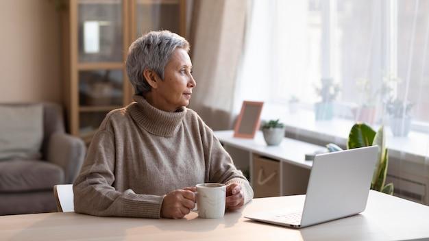 Зрелая женщина, расслабляющаяся дома