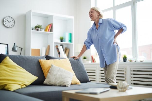 Зрелая женщина страдает от боли в спине