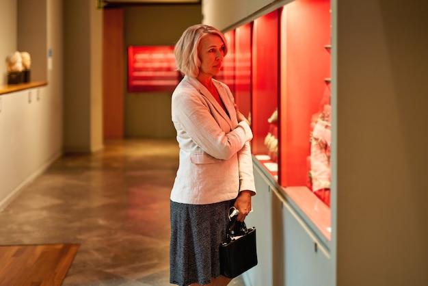 美術館を訪れる熟女