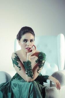 녹색 웨딩 드레스와 매우 아름다운 미소를 입고 성숙한 여자