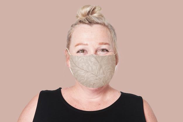Donna matura che indossa la maschera per la campagna di prevenzione del covid-19