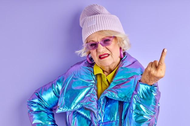 Зрелая женщина с сердитым выражением лица показывает, как тебя трахают