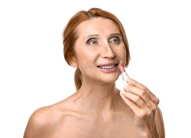 Зрелая женщина с помадой на белом