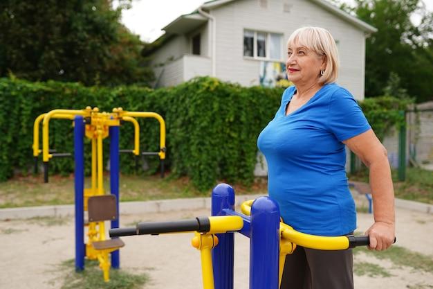 公園で運動する成熟した女性