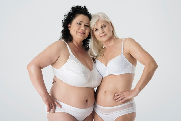 Donne mature in biancheria intima che si sentono sicure