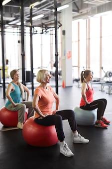체육관에서 운동 중 년 여성
