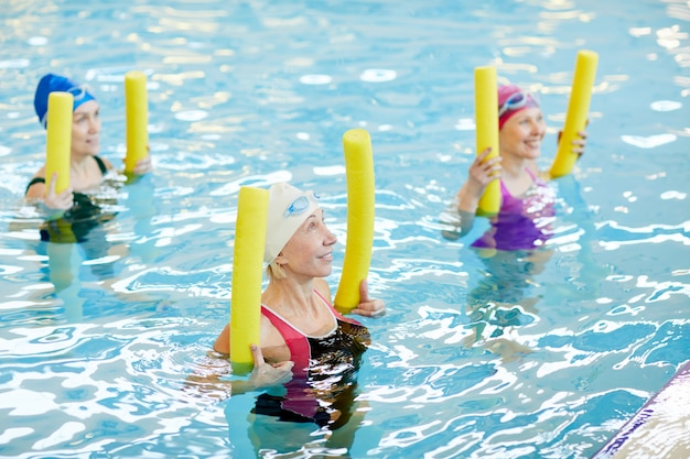 水中でワークアウトする成熟した女性