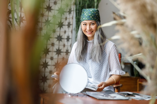 성숙한 아름다운 아시아 창백한 머리 여자 집에서