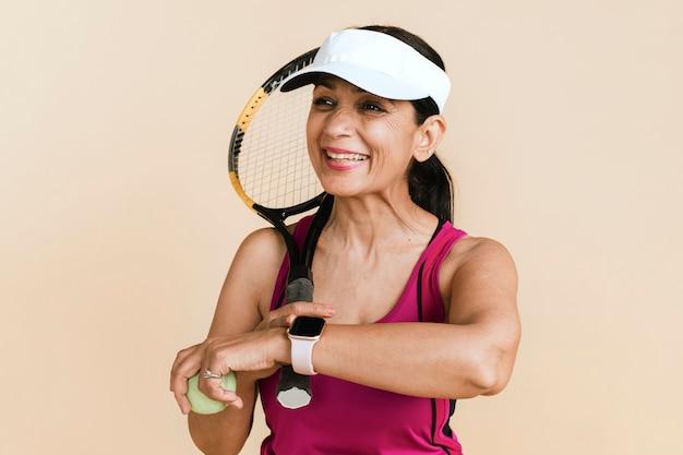 試合に遅れた成熟した女性のインドのテニス選手
