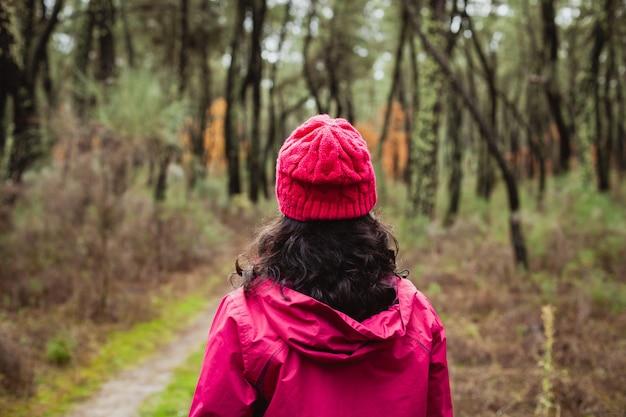 成熟した女性が森でハイキング