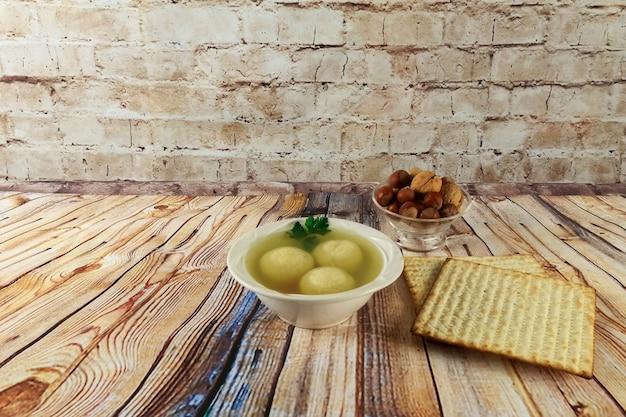 Шарики мацы в миске домашнего здорового супа израиль