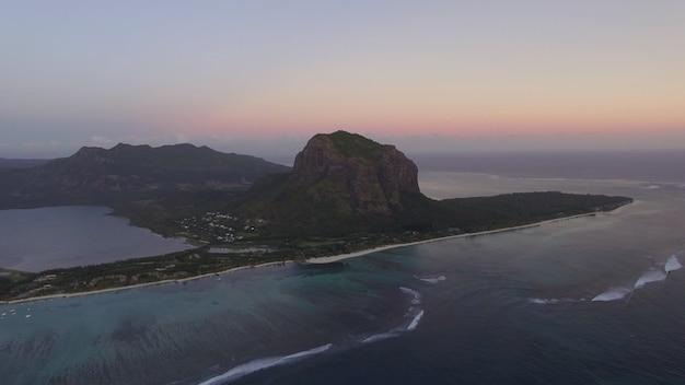 르 몬 브라반트 산과 바다가 있는 모리셔스 공중 전망