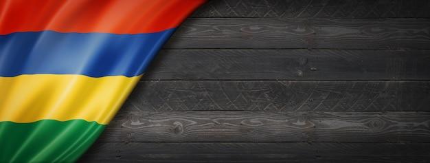 검은 나무 벽에 모리셔스 플래그입니다. 수평 파노라마 배너.