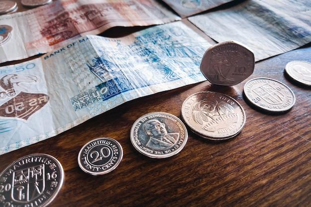 モーリシャスマネーモーリシャスルピーmur紙幣と硬貨がクローズアップ