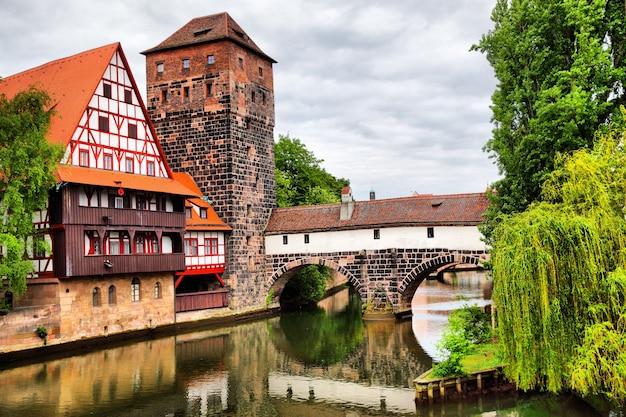 Мост максбрюке и башня хенкертурм в нюрнберге, германия