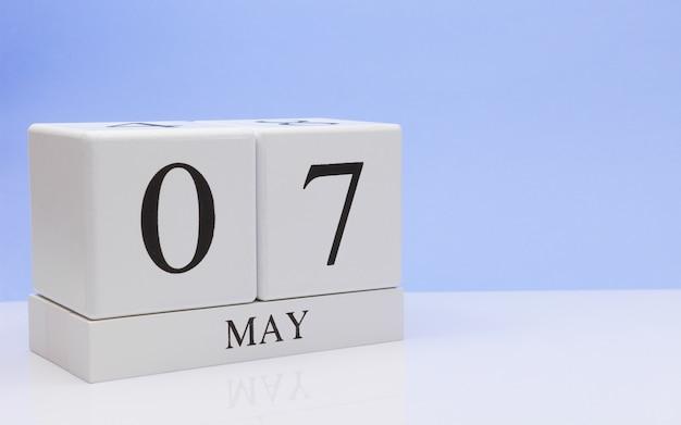 5月7日。月の7日目、白いテーブルに毎日のカレンダー