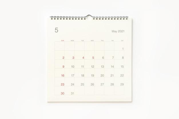 Страница календаря мая 2021 года на белом фоне. фон календаря для напоминаний, бизнес-планирования, встреч и мероприятий.