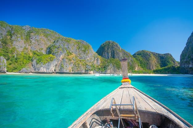 Пляж майя бэй и лодки в таиланде